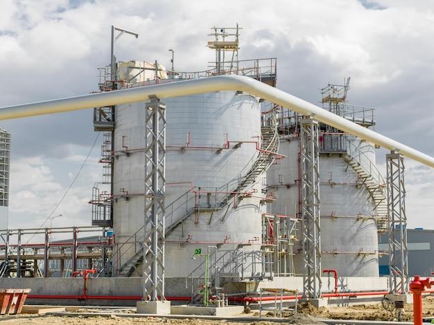 Moderna fábrica de petróleo no território