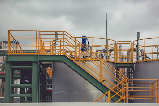 Moderna fábrica de química de tanque com grandes tanques em escada para o óleo do motor do produto misturador
