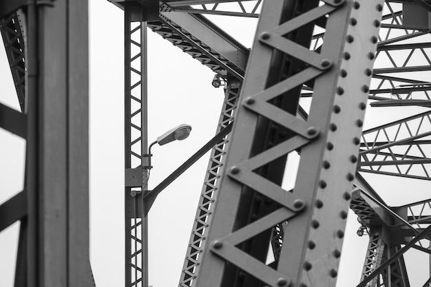 Moderna lâmpada de rua na ponte de metal - monocromático
