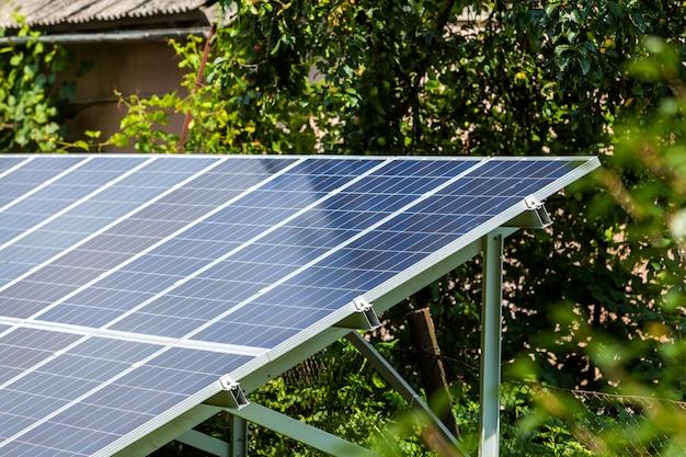 Moderna poupança eficiente stand-alone azul brilhante solar foto voltaica painéis sistema