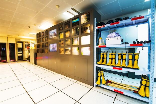 Moderna sala de controle de plantas e monitores de computador