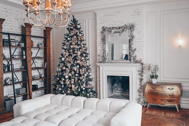 Moderna sala de estar branco interior com elementos clássicos e árvore de natal decorada