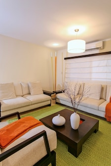 Moderna sala de estar com decoração verde e laranja, casa e decoração.
