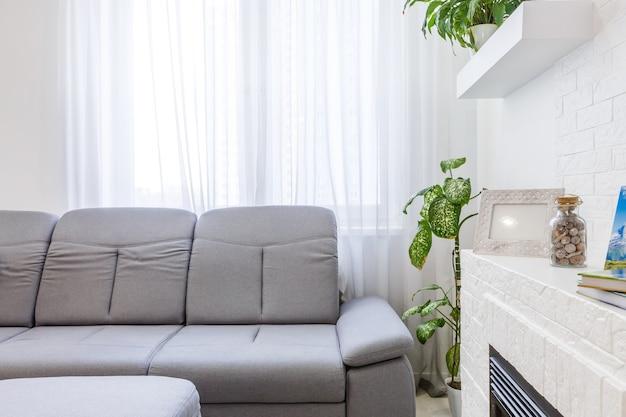 Moderna sala de estar e cozinha em pequeno apartamento