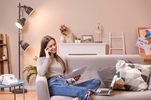 Moderna sala de estar e mulher trabalhando em casa