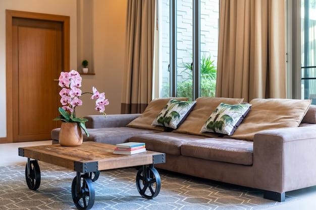 Moderna sala de estar em casa espaçosa