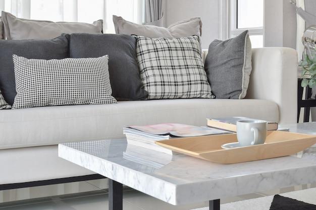 Moderna sala interior com almofadas e tapete preto e branco