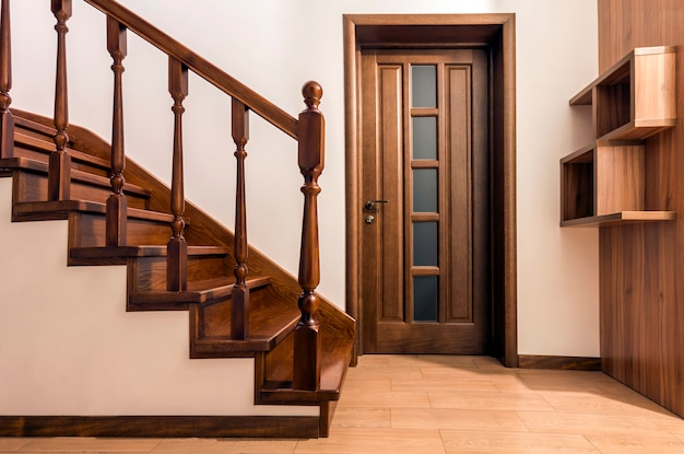 Modernas escadas de madeira de carvalho marrom e portas em casa renovada