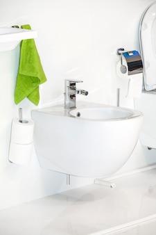 Moderno banheiro com vasos sanitários brancos