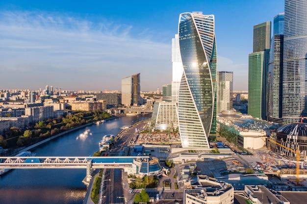 Moderno centro de negócios na margem do rio