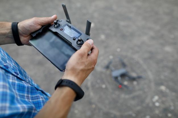 Moderno com helicóptero remoto de mão em cinza