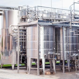 Moderno equipamento industrial tecnológico da fábrica de vinho