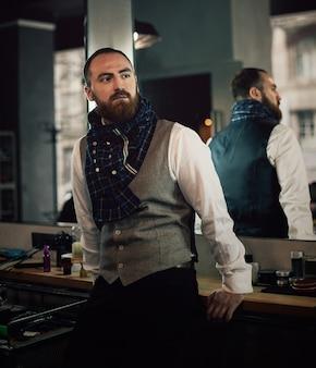 Moderno farpado considerável do homem com barba à moda.