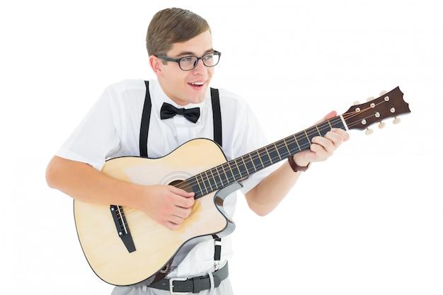Moderno geeky que joga a guitarra e que canta