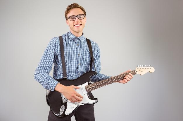 Moderno geeky que joga a guitarra