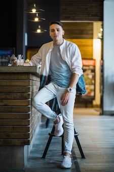 Moderno, homem jovem, com, vidro, de, uísque, em, barra, contador