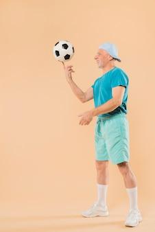 Moderno, homem sênior, com, futebol