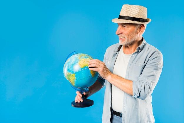 Moderno, homem sênior, com, globo