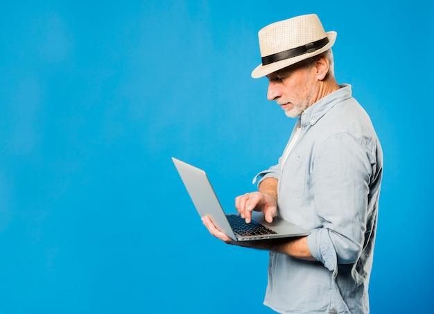 Moderno, homem sênior, com, laptop