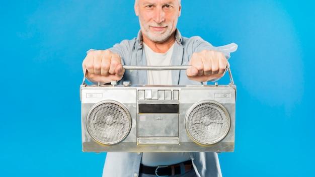 Moderno, homem sênior, com, rádio vintage