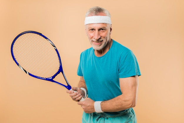 Moderno, homem sênior, com, raquete tênis