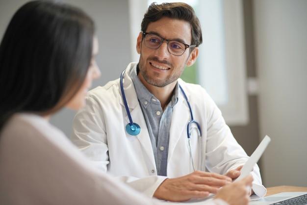 Moderno, jovem, doutor, falando, paciente, em, escritório