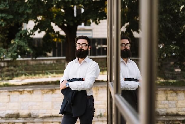 Moderno, jovem, homem negócios, ficar, em, a, campus