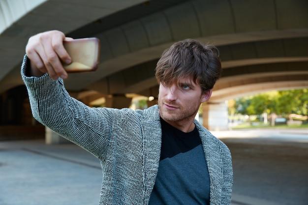 Moderno jovem smartphone tomando selfie
