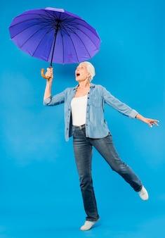 Moderno, mulher sênior, com, guarda-chuva