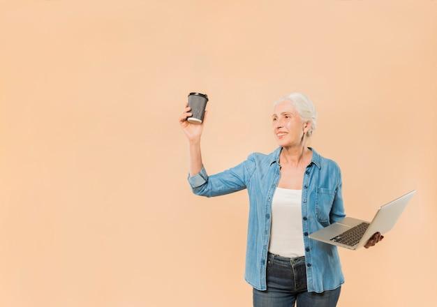 Moderno, mulher sênior, com, laptop, e, café