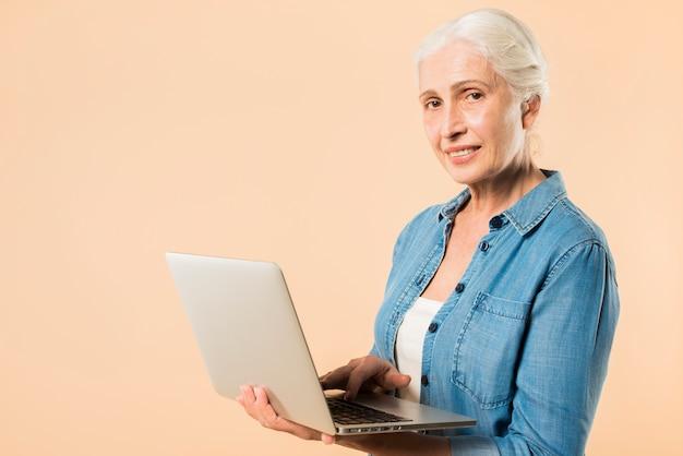 Moderno, mulher sênior, com, laptop