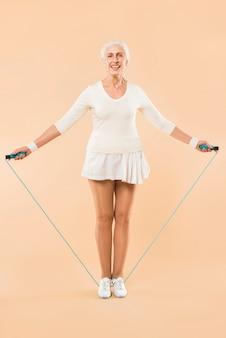 Moderno, mulher sênior, com, pular corda