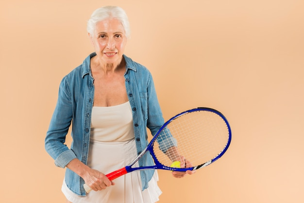 Moderno, mulher sênior, com, raquete tênis