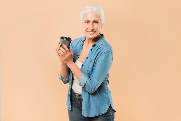 Moderno, mulher sênior, com, xícara café