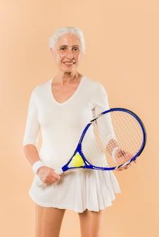 Moderno, mulher sênior, jogando tênis
