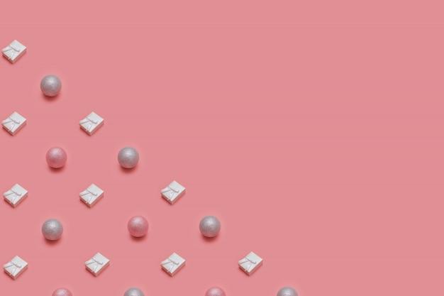 Moderno padrão de natal feito com vários objetos de inverno e ano novo em fundo rosa