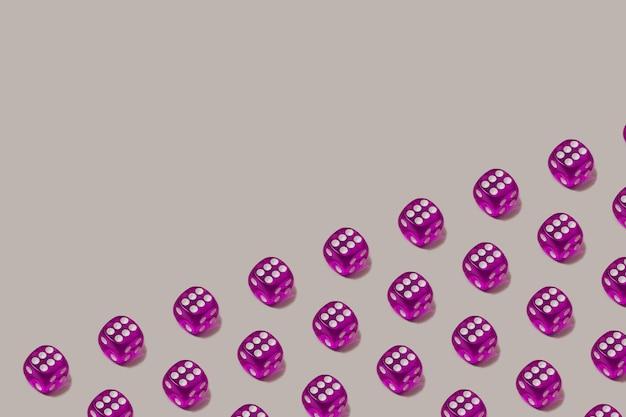 Moderno padrão sem emenda feito com dados de jogo roxos sobre um fundo cinza pastel. chance de sorte e cenário de jogo de azar.