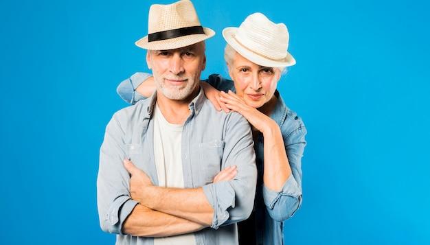 Moderno, par velho, chapéus desgastando
