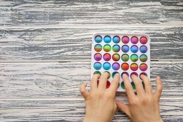 Moderno popular silicone colorido anti-stress pop it brinquedo, alguém empurra o tema sensorial popit badalado da moda do tik tok