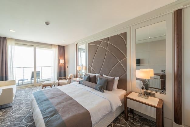 Moderno quarto de hotel com cama grande