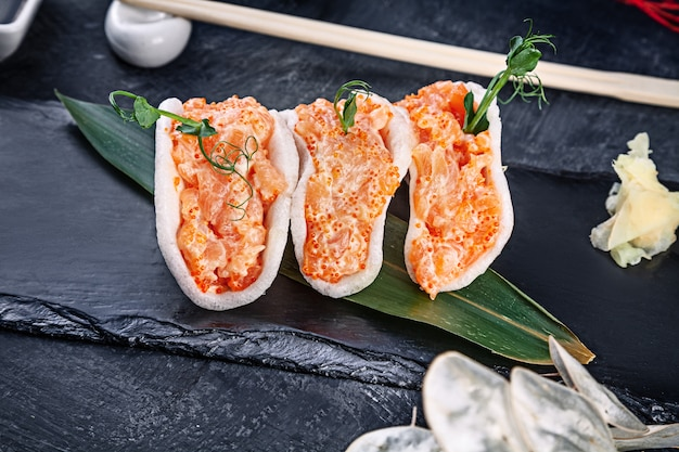 Moderno servindo tártaro de salmão com abacate em lascas de arroz