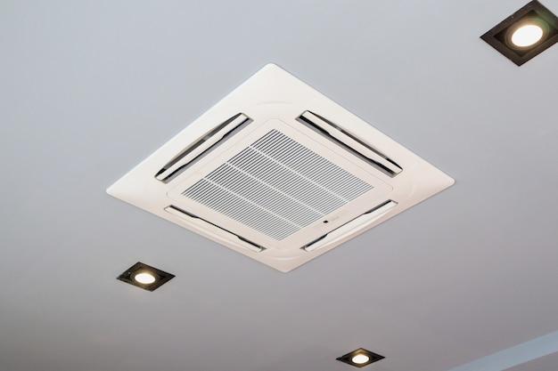 Moderno sistema de ar condicionado tipo cassete montado no teto