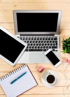 Modernos dispositivos digitais na mesa de madeira, escritório ainda vida