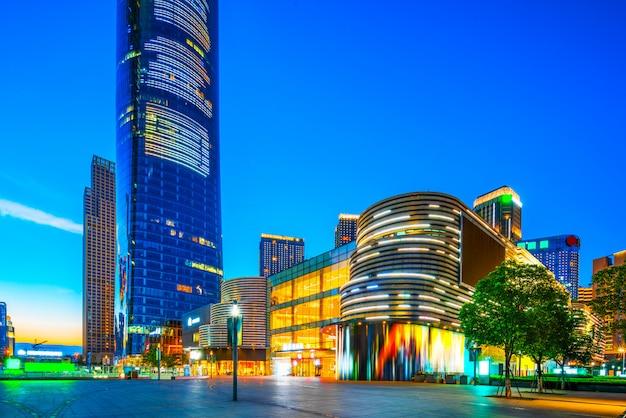 Modernos, edifícios escritório, à noite, em, centro cidade, de, nanchang, ligado, vista, de, ocupado, estrada