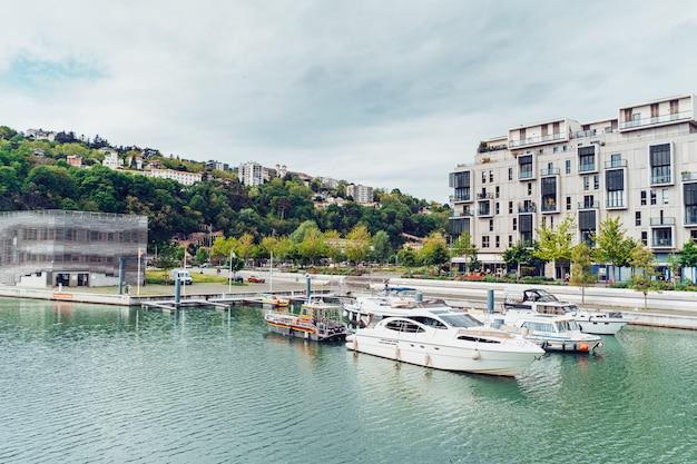 Modernos edifícios residenciais no cais antoine riboud em lyon, frança
