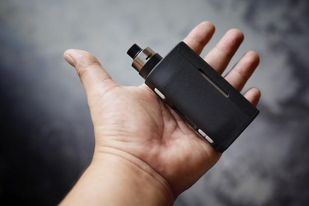 Mods de caixa regulada em preto de ponta com atomizador de gotejamento rebuildable na mão