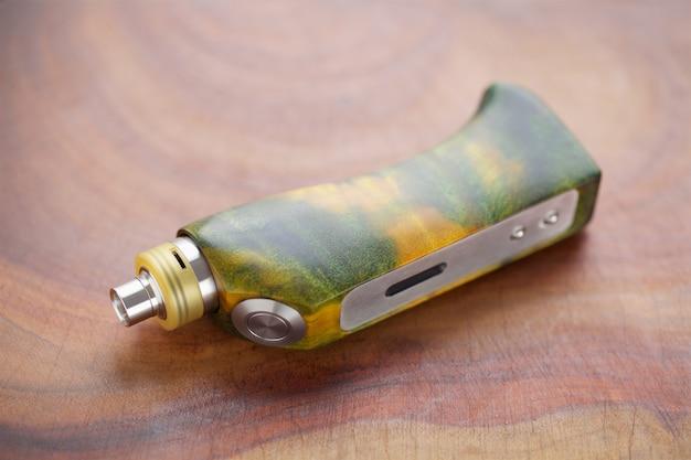 Mods de caixa regulamentada de madeira estabilizada verde amarelo de burl de álamo com atomizador de gotejamento rebuildable em fundo de textura de madeira natural