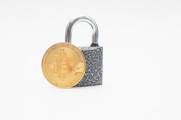 Moeda bitcoin de ouro e cadeado.