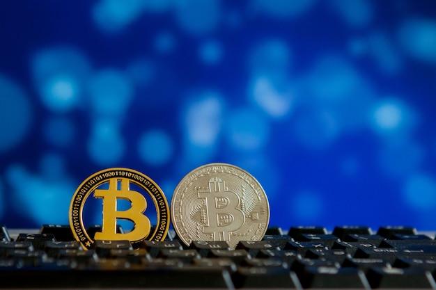 Moeda bitcoin no teclado do computador