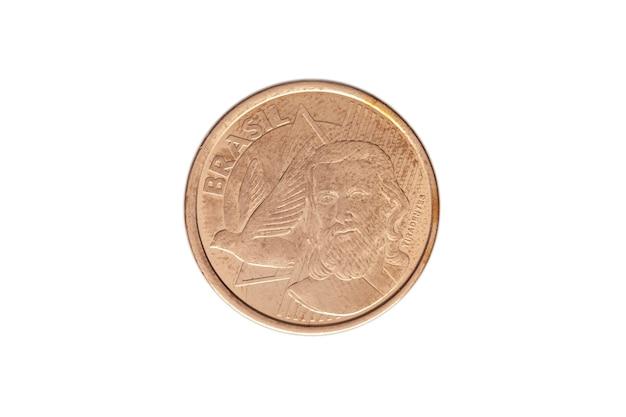 Moeda brasileira de cinco centavos de real sobre fundo branco